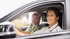 jong stel rijdt in auto